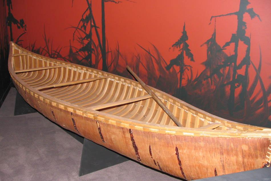 Écorce de bouleau, chef-d'œuvre des nations autochtones, le canot d'écorce  règne sur les cours d'eau de l'Amérique du Nord.